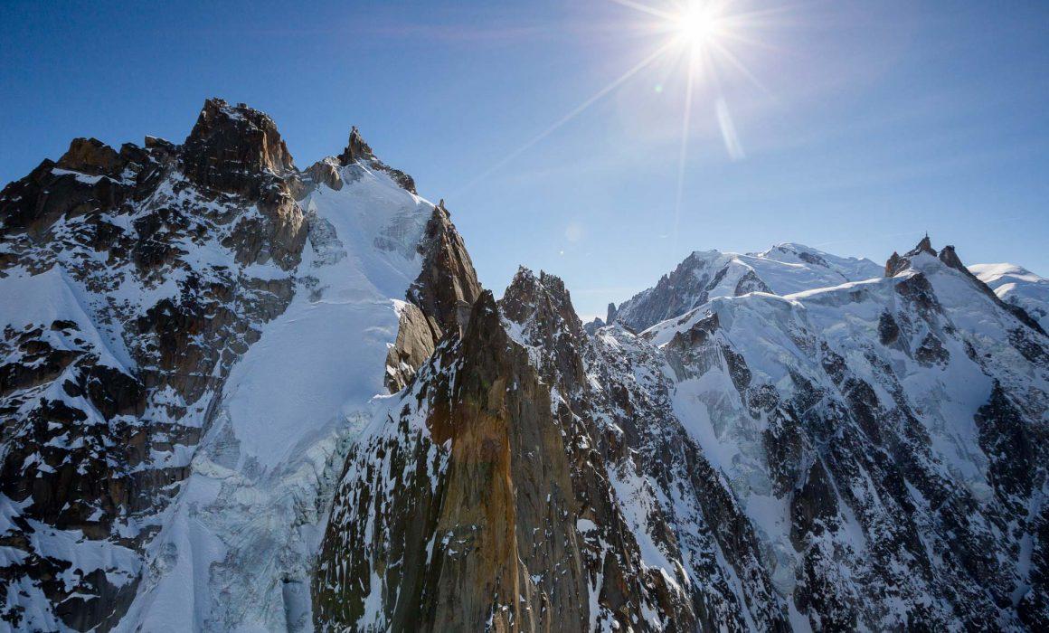 Survol en parapente des aiguilles de chamonix et et l'aiguille du midi dans le massif du mont blanc