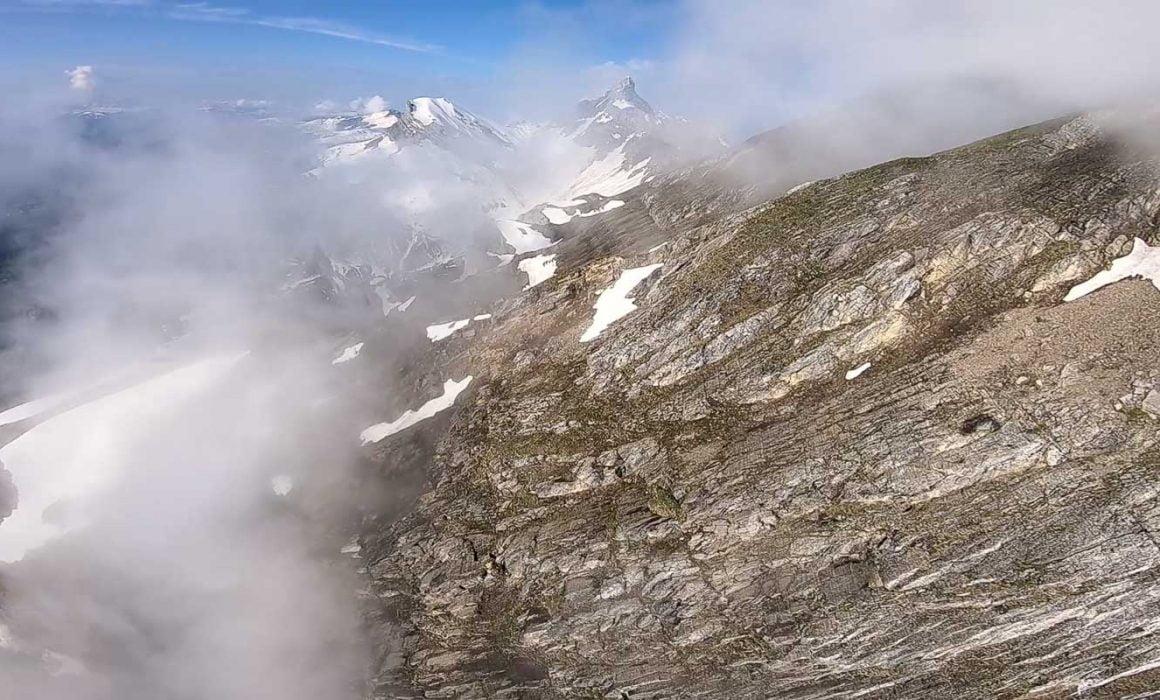 Hike and fly à la pointe d'Areu. Vol en parapente au dessus des chalets de doran et en face de la pointe percée.