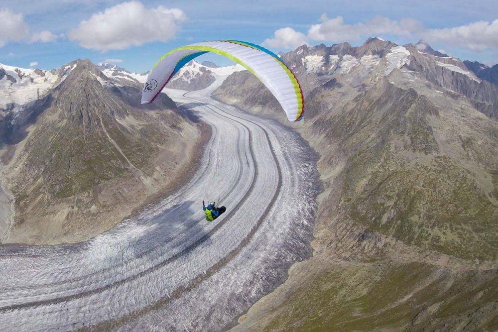 Vol bivouac en suisse depuis chamonix. airdesign soar au dessus du glacier d'aletsch. Parapente en vol